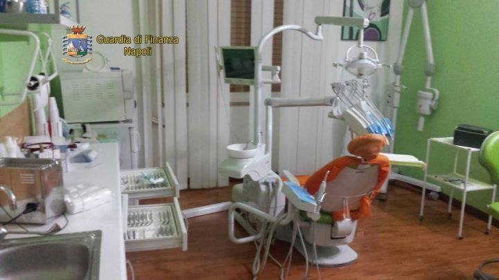 Napoli, scoperto dentista abusivo in via Epomeo. Cure ed operazioni senza laurea