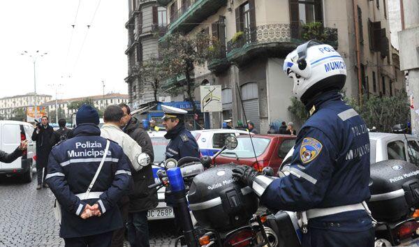 Napoli, vigili urbani contro poliziotti: raffica di multe nei pressi della Questura