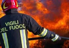 Castellammare, va a fuoco un capannone industriale