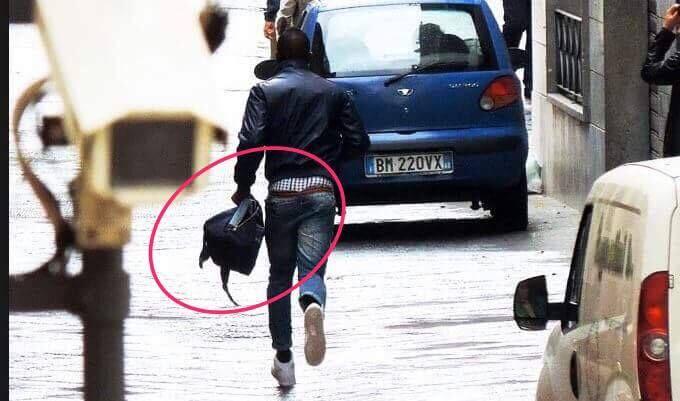 Napoli, rapinatore scippa la borsa a una turista. Poliziotto eroe lo insegue e lo arresta
