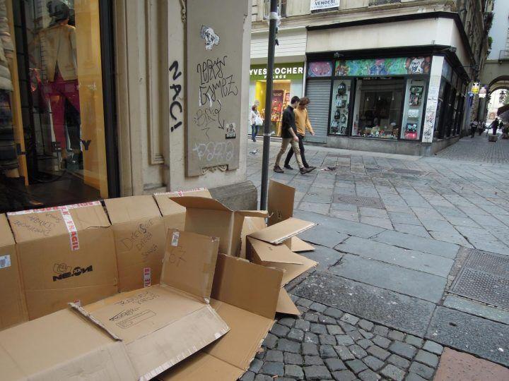 Napoli, fermate due persone: guadagnavano 'rubando' cartoni