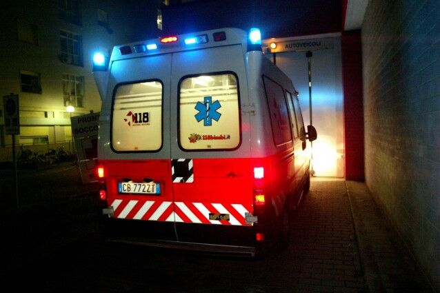 Assurdo: ruba l'ambulanza chiamata per lui e scappa