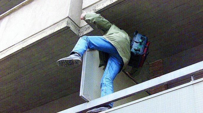 Parete, ladro 29enne cade dal balcone mentre tenta il colpo. Finisce all'ospedale