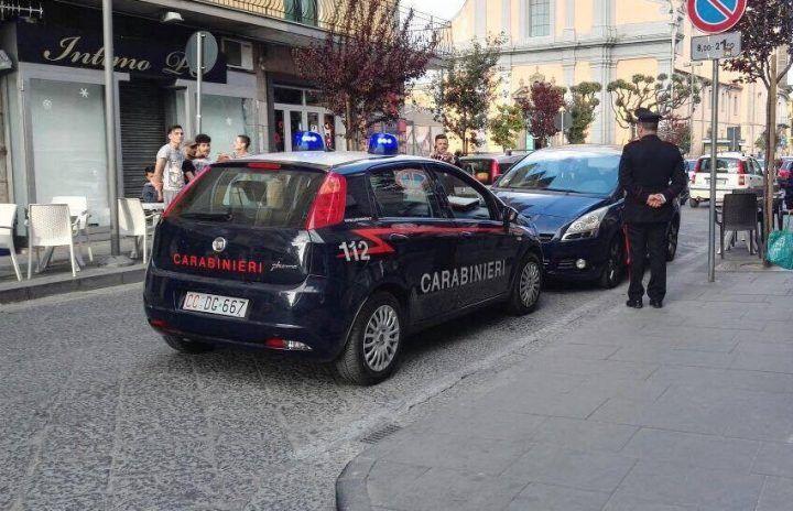 Giugliano, auto in sosta vietata blocca il centro: intervengono carabinieri