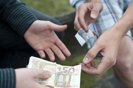 Spaccio di hashish e cocaina: 10 arresti