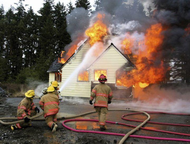 La sua casa va in fiamme, ma lui ci ritorna dentro per salvare la scorta di birre