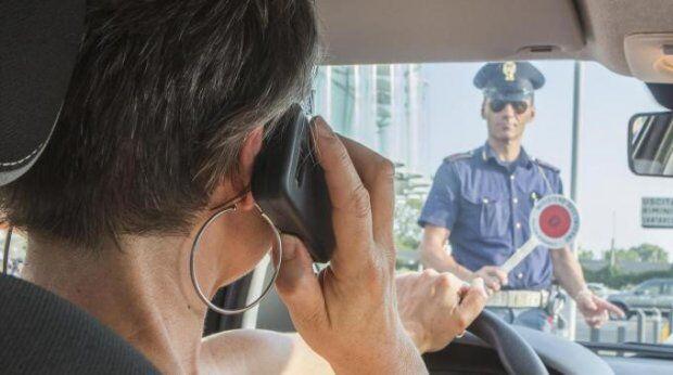 Guida col cellulare, ora arriva la sospensione della patente e multa da 161 euro