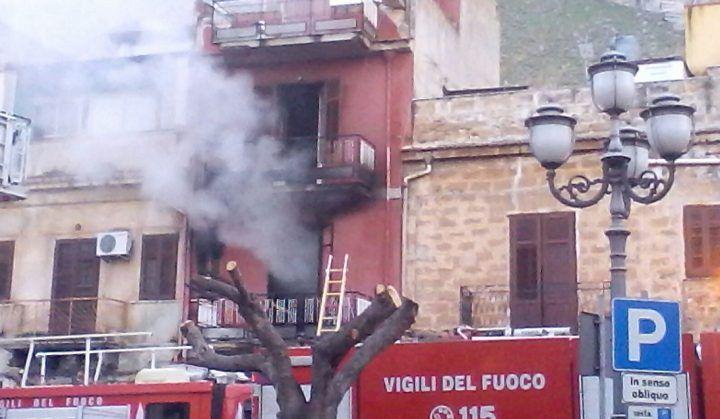 Incendio a Genova, famiglia si getta da finestra: gravi bimbo e padre