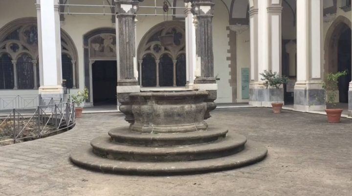 Napoli senza mare, il chiostro di San Lorenzo Maggiore