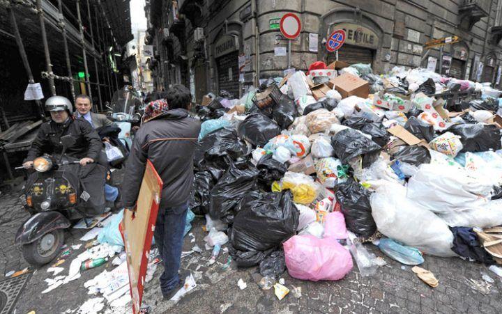 """Emergenza rifiuti in Campania, """"danno da 2 milioni di euro"""". Coinvolto anche assessore di Napoli"""