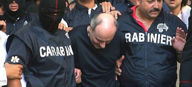 Assenti dalla casa del boss Di Lauro, condannati due vigili urbani