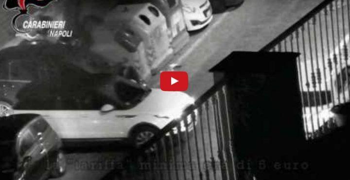 Posillipo, blitz contro parcheggiatori abusivi: automobilisti costretti a versare fino a 15 euro. VIDEO