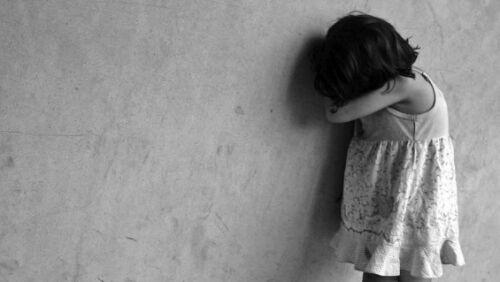 Violenta la figlia di 2 anni e trasmette gli abusi in streaming