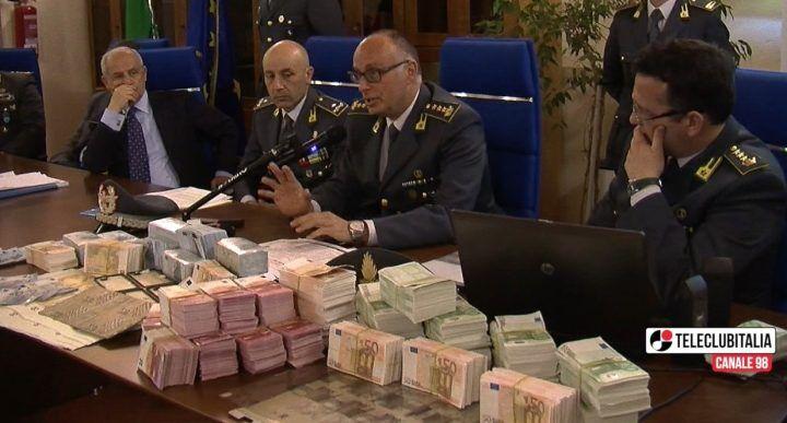 """Soldi falsi, duro colpo al """"Napoli Group"""": 19 arresti"""
