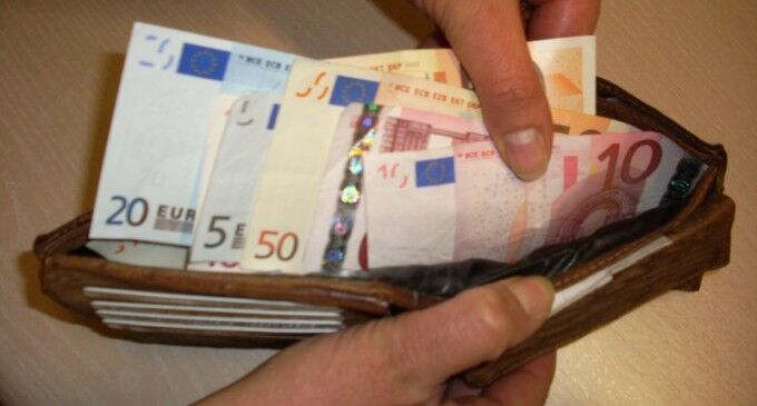 Salerno, trova 2mila euro in strada e li porta al Comando della Municipale