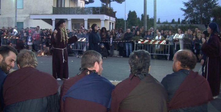 Giugliano, grande partecipazione alla via crucis vivente della chiesa di San Matteo