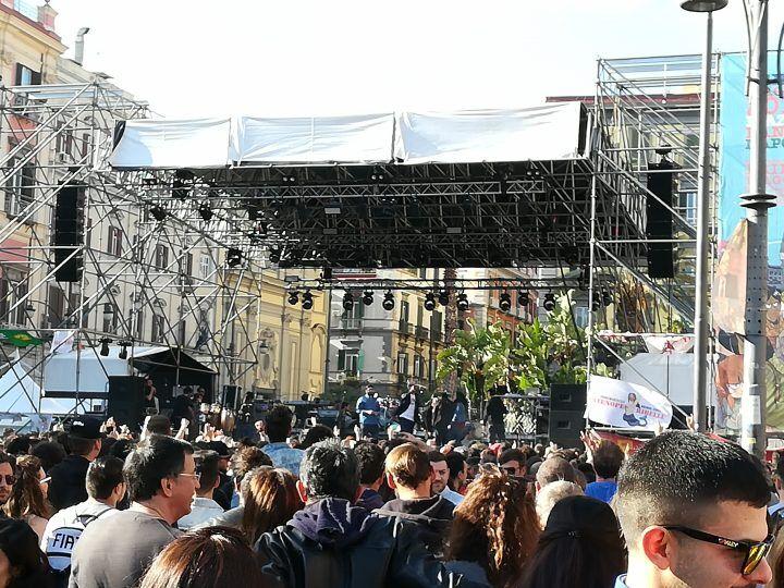 Piazza Dante gremita per il concertone del Primo Maggio a Napoli