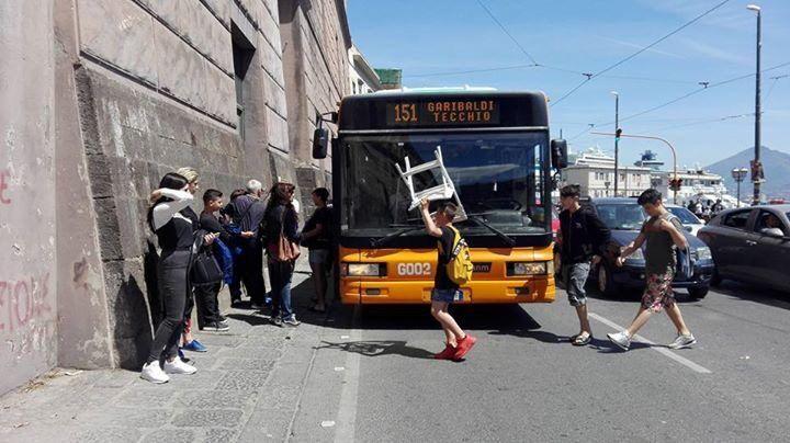"""Napoli, signora si sente male nel bus, il gesto degli """"scugnizzi"""" commuove il web"""