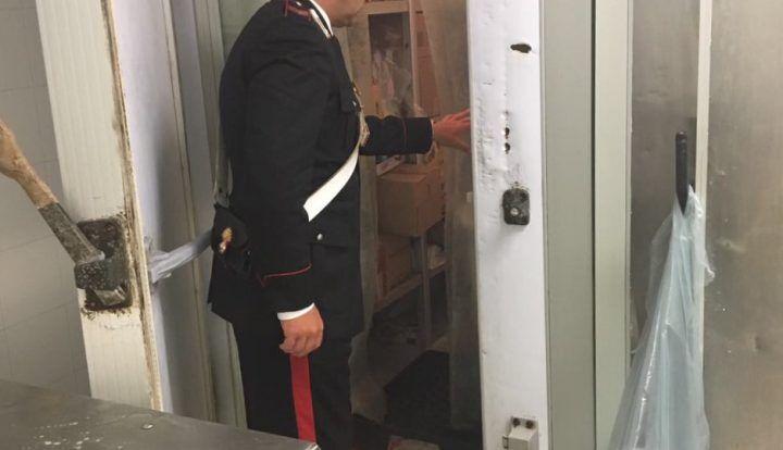 Carabinieri in un supermercato, sequestrati 450 chili di alimenti: 2 denunciati