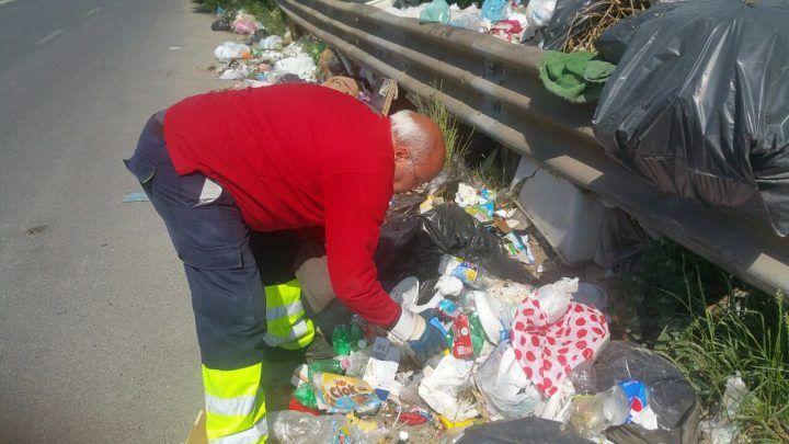 Task force dei vigili al campo rom di Qualiano: setacciati i sacchetti