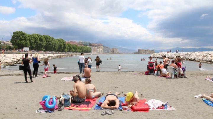 Napoli, primo sole con rissa: Mappatella beach già piena