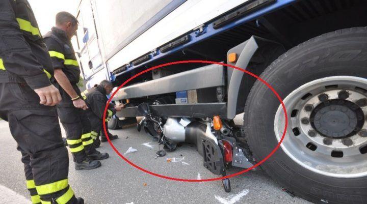 Tragedia a Roma, motociclista muore schiacciato sotto un camion