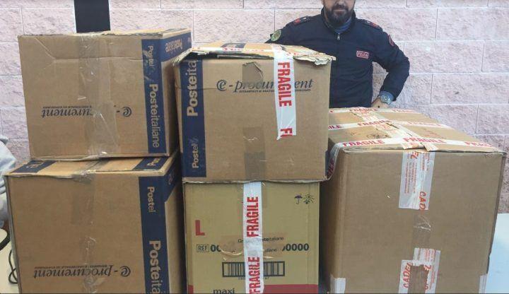 Napoli, prodotti contraffatti: oltre 600 capi d'abbigliamento sequestrati