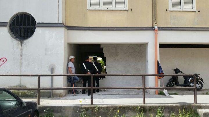Blitz a Melito, murano portico nella piazza di spaccio: i Carabinieri lo fanno abbattere. VIDEO