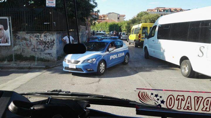 Giugliano, terrore a scuola: rapinano l'auto a un professore e seminano il panico nella fuga