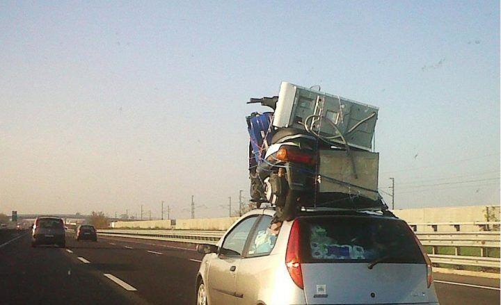 Pozzuoli: ruba un banco da cucina, arrestato mentre tenta di caricarlo sul tetto della macchina