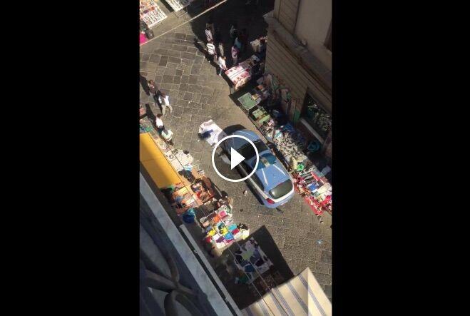 Napoli, video choc: Polizia travolge le bancarelle degli ambulanti