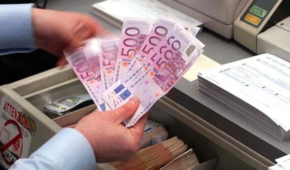 Napoli, irruzione dei carabinieri in banca: scoperta impiegata ladra