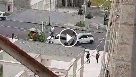 Assurdo a Benevento, scende dall'auto e prende a sprangate un'altra vettura. VIDEO