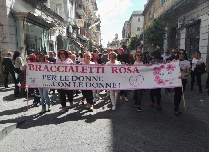 Un'onda rosa invade Giugliano, marcia di solidarietà per le donne malate di cancro