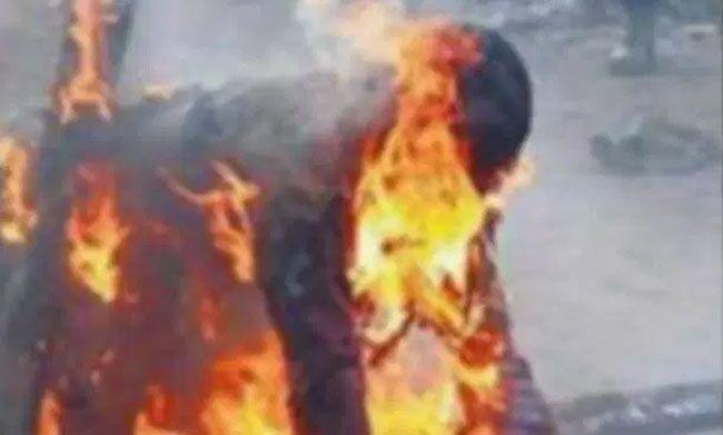 Brucia vivo il figlio di tre anni, forse per un rituale satanico