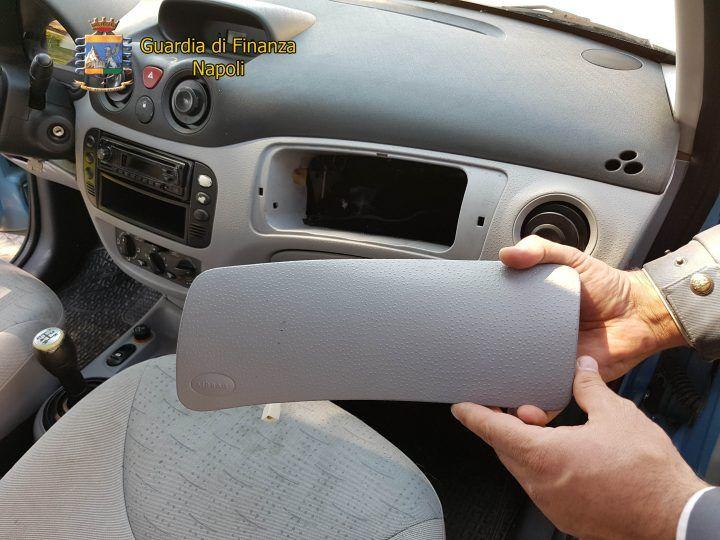 Sei chili di cocaina nell'airbag di un'auto: clamorosa scoperta a Giugliano