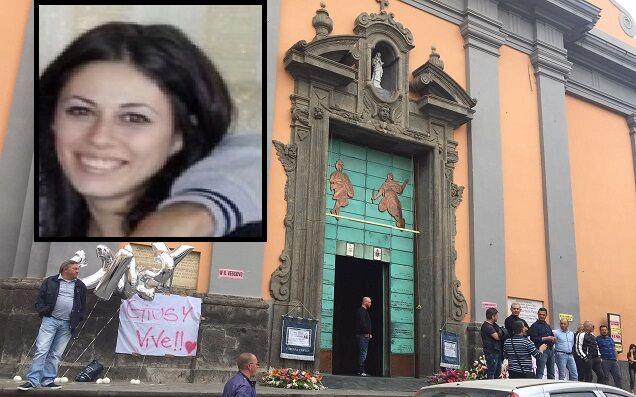 """Giugliano in lacrime per Giusy, l'ultimo saluto in chiesa: """"Lei vive"""""""