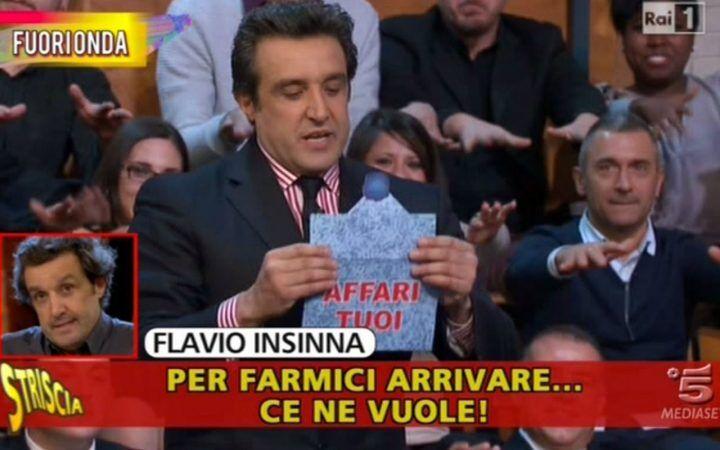 Striscia La Notizia inguaia Flavio Insinna, i volgari fuorionda del conduttore