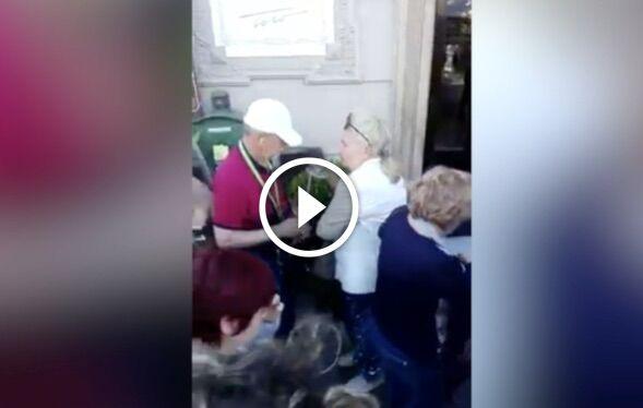 Napoli, furto di tazzine al Gambrinus: turisti russi 'beccati' in un video