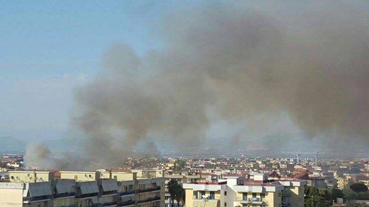 Marano, pauroso incendio nei pressi del Liceo Segrè