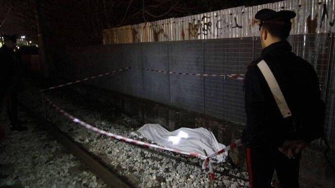 Napoli, tragedia sui binari della metro: uomo tranciato dal treno in corsa