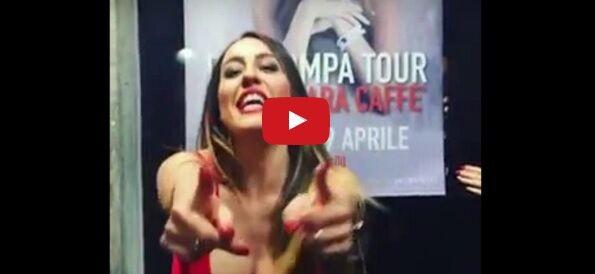 Paola Saulino mostra il seno: incidente hot in un video. VIDEO
