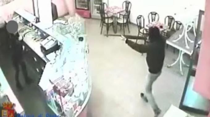 Torre del Greco, rapinano un bar ma prima di scappare brindano per festeggiare
