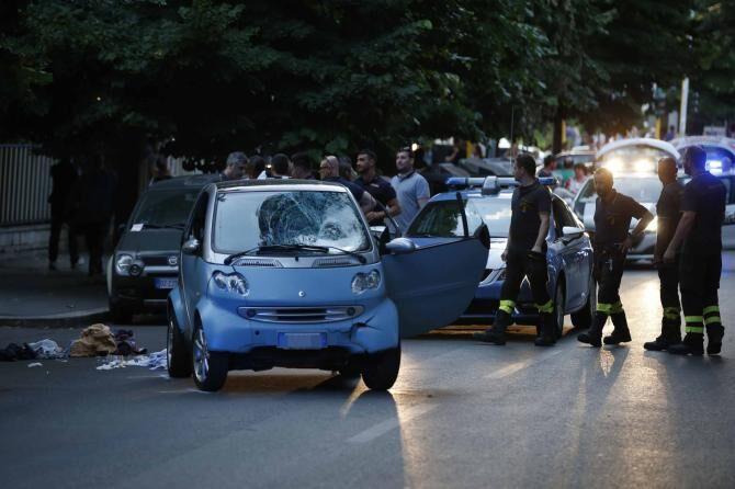 Roma, semina il panico in strada: passa con il rosso e falcia 5 persone. Arrestata