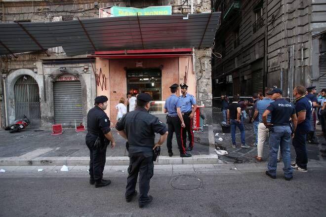 Torre del Greco, rapina con sparatoria fuori pizzeria: giovane in fin di vita. Quattro arresti