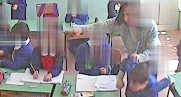 Torre del Greco, maestra schiaffeggia bimbi di prima: scatta la denuncia