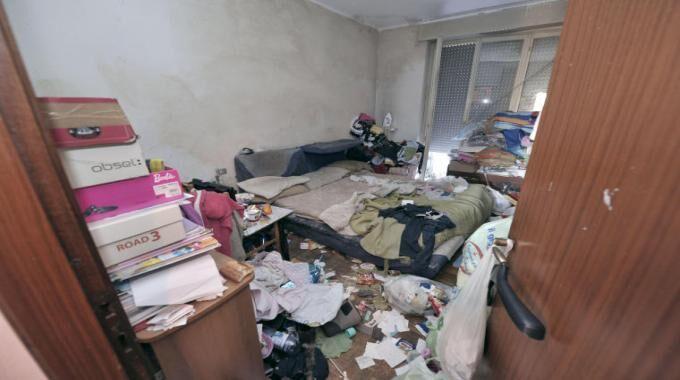 Barra, una donna viveva tra cumuli di rifiuti: la Polizia la salva dal suicidio