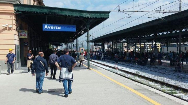 Aversa, tragedia sfiorata alla stazione. Uomo investito da un treno: corsa in ospedale