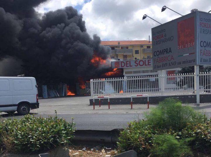 Vasto incendio tra Giugliano e Qualiano, in fiamme una fabbrica di divani