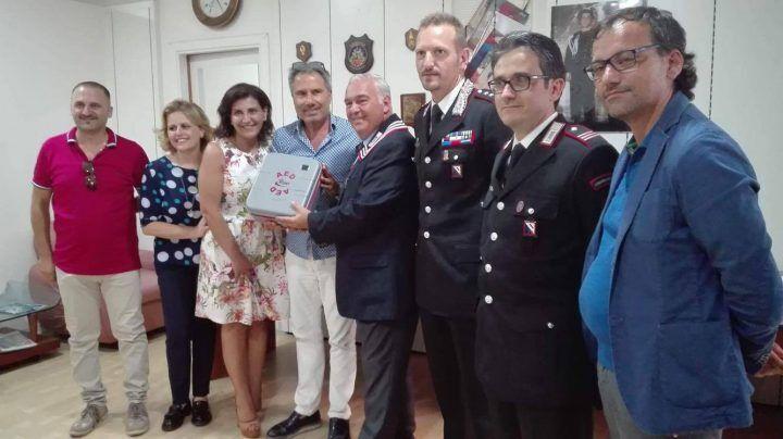 """Giugliano solidale, """"Braccialetti rosa"""" dona defebrillatore ai Carabinieri"""